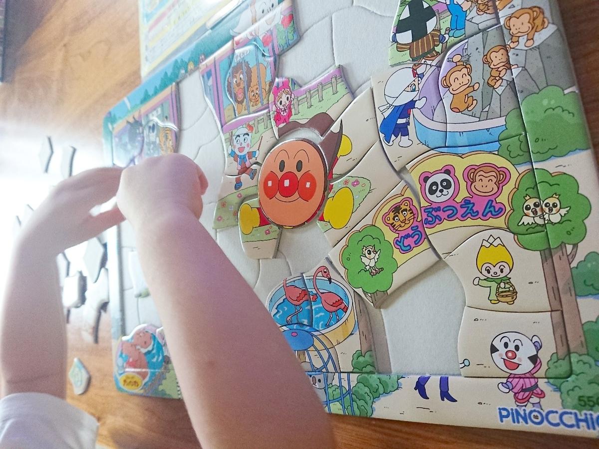 子供がパズルをしている