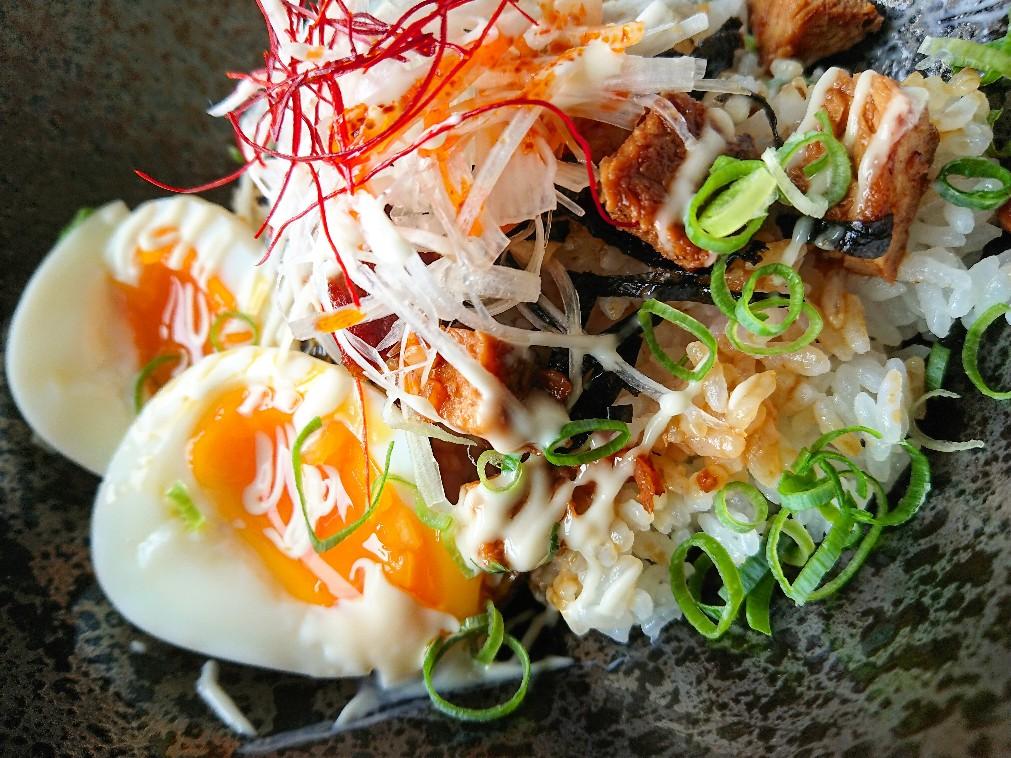半熟ゆで卵や白髪ネギがのったチャーシュー丼