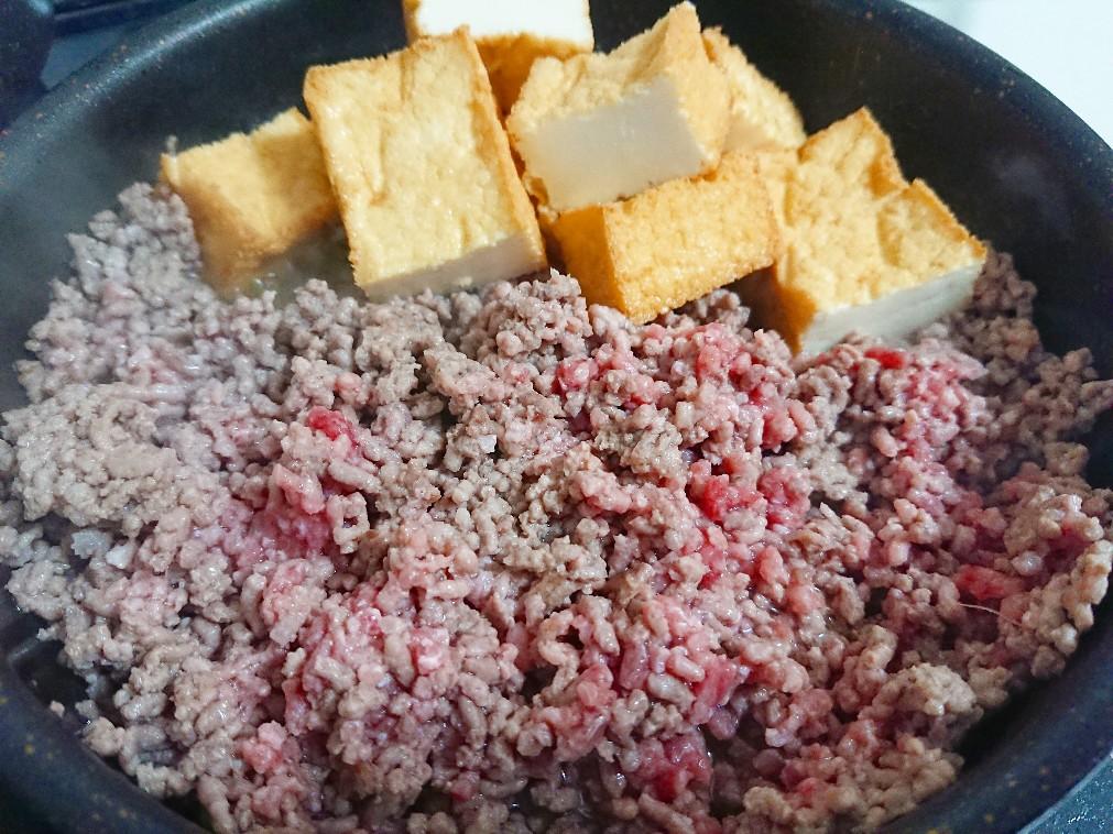 ひき肉と絹厚揚げを炒めている