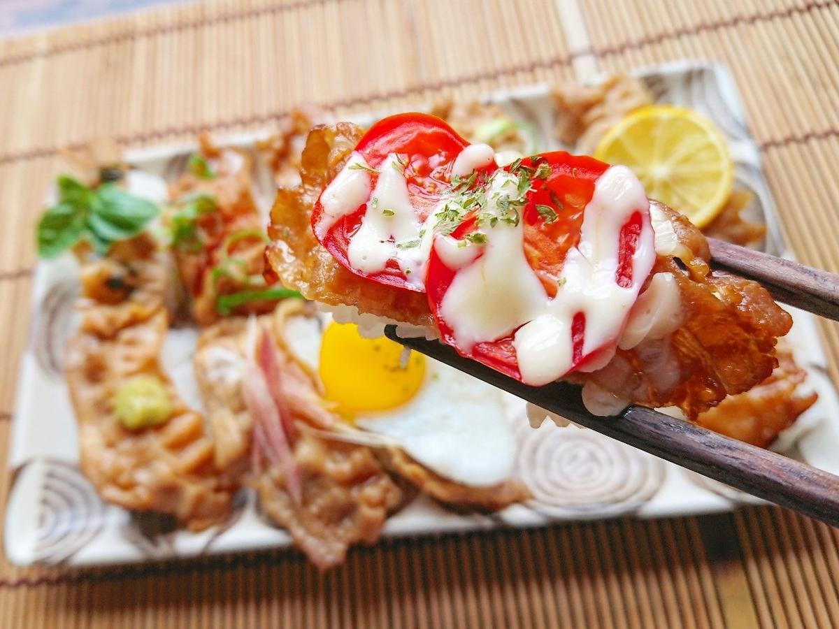 豚バラ寿司を箸でつかんでいる
