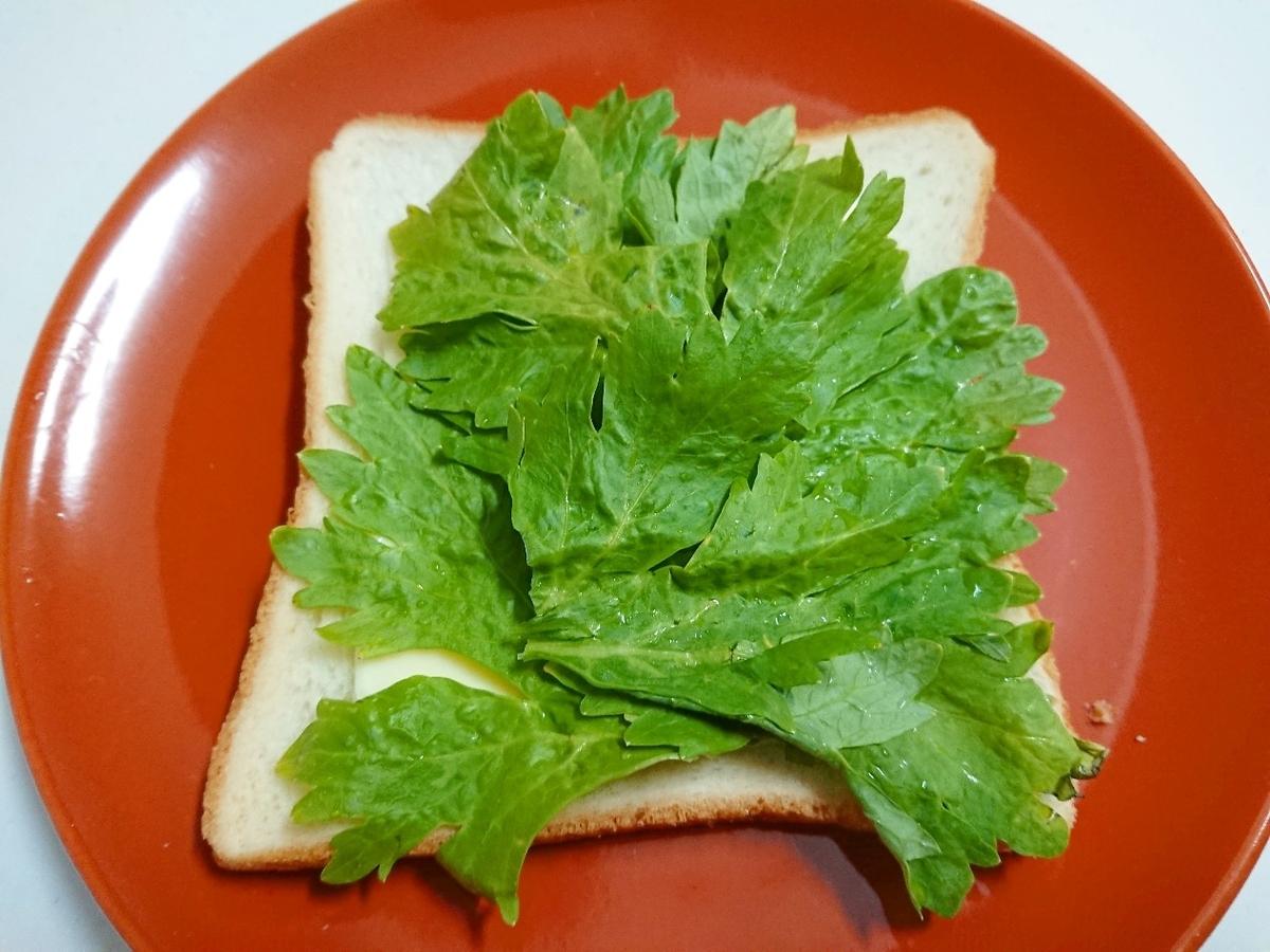 セロリがのった食パン