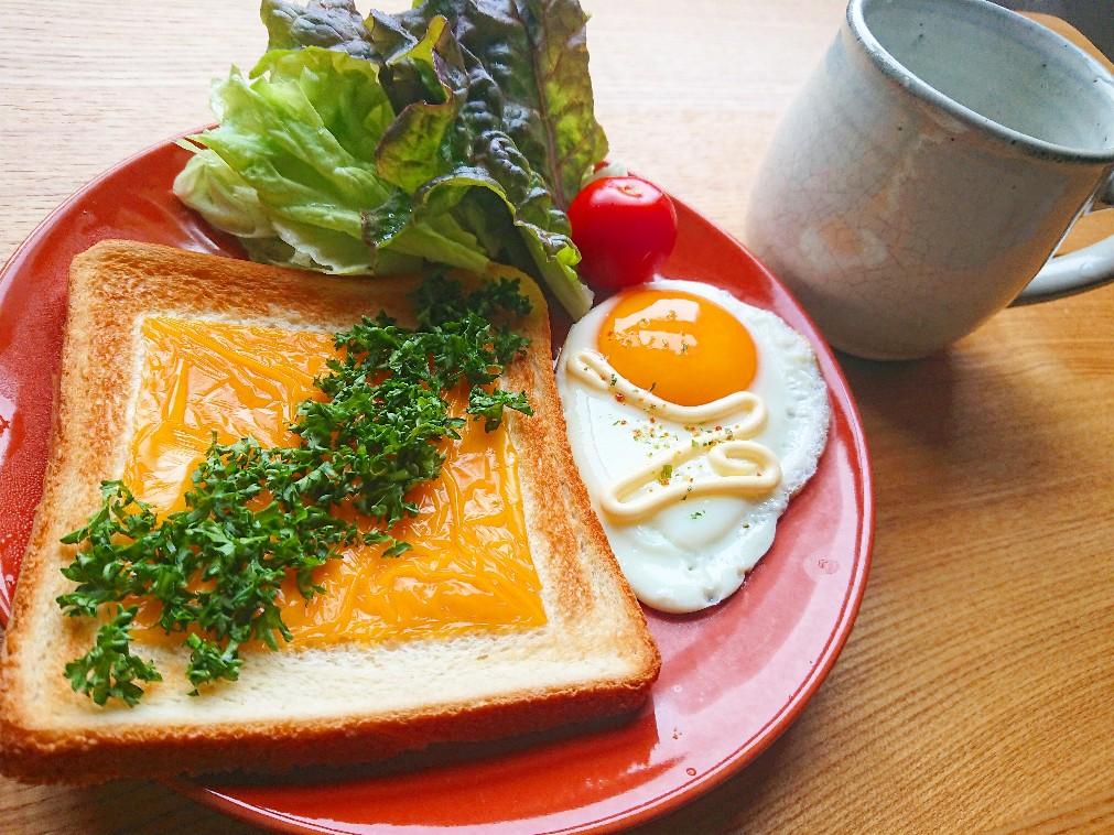 パセリとチェダーチーズトースト 目玉焼き サラダ 水