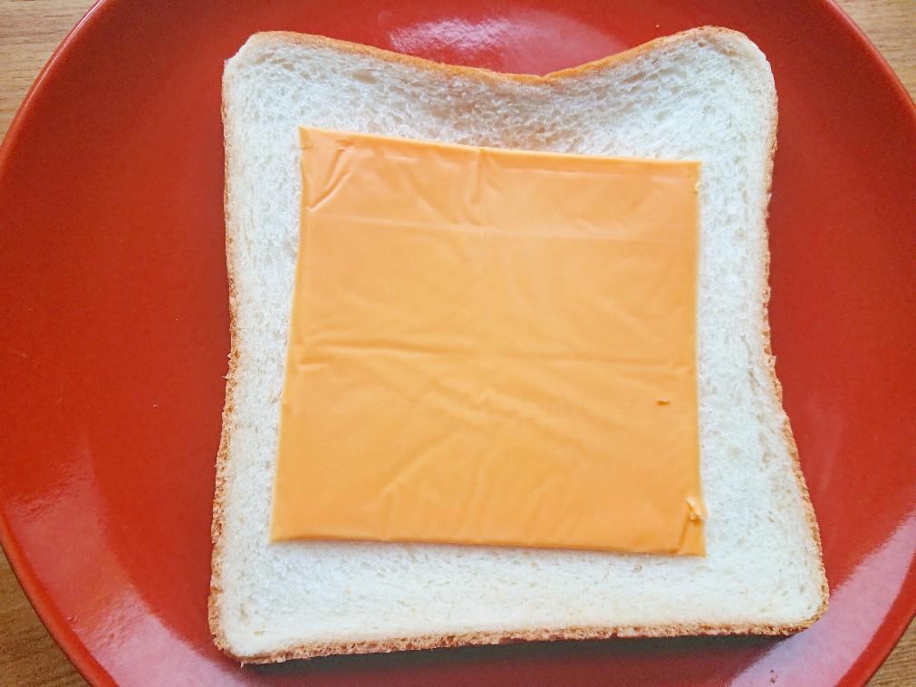 チェダーチーズをのせた食パン