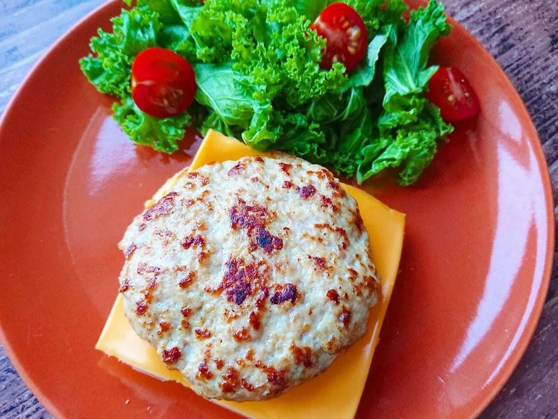 イングリッシュマフィンの上にチーズとハンバーグ