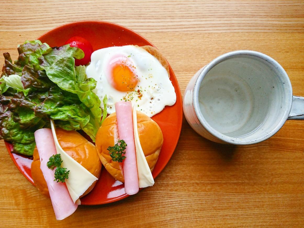 ハムチーズロールパンサンドイッチ 目玉焼き サラダ