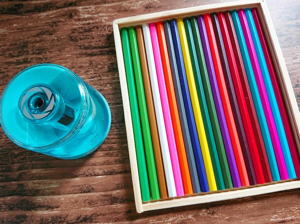 新しい色鉛筆と電動鉛筆削り