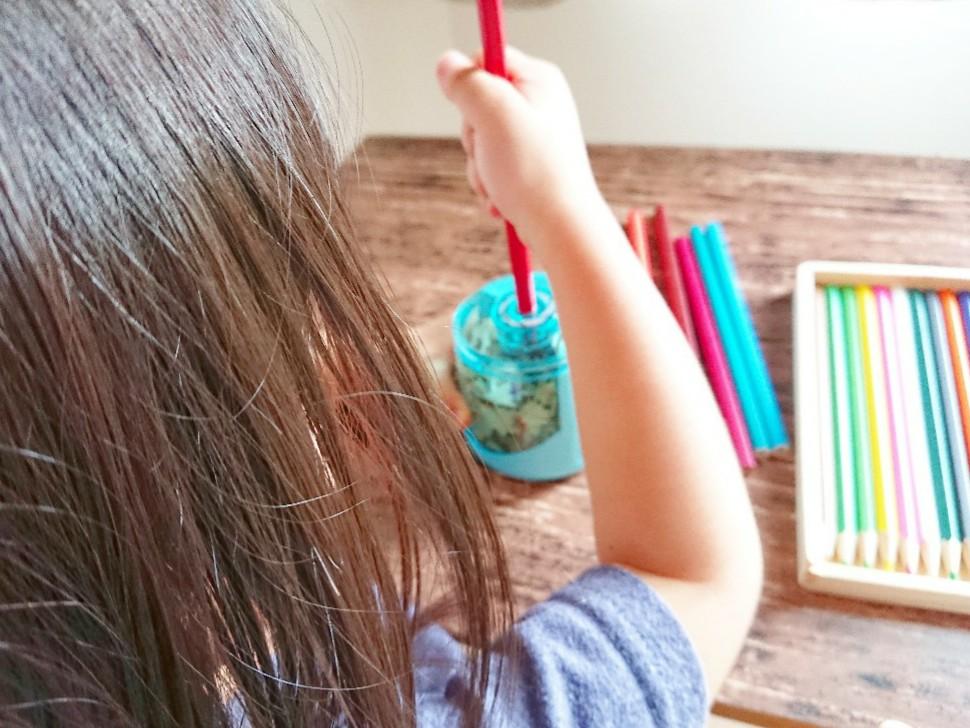 子供が鉛筆削りを使っている