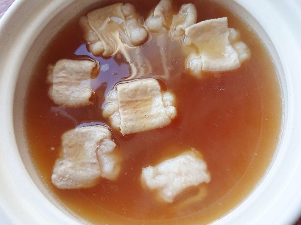 鍋にモツとスープ
