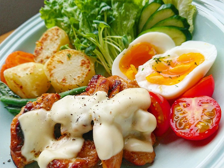 チーズがのった鶏もも肉 野菜