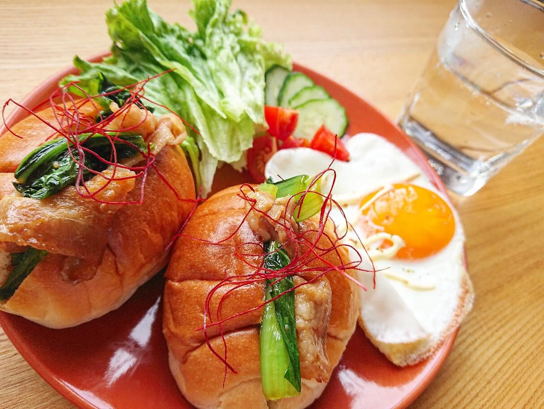 豚バラのロールパンサンドイッチ 目玉焼き サラダ