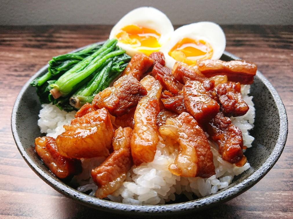 半熟卵がのった魯肉飯