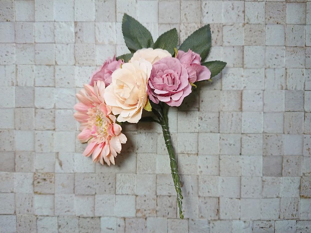 花束を針金で固定