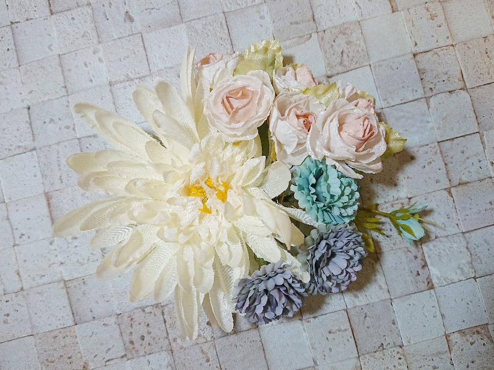 ホワイトとブルー系のお花コサージュ