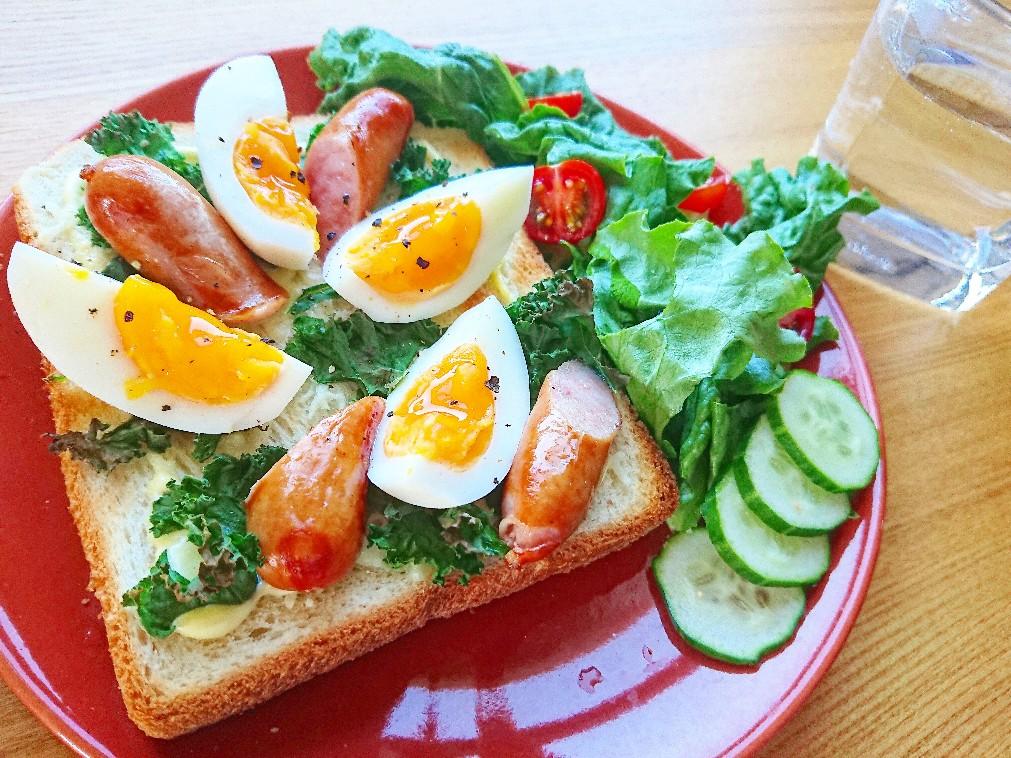 ウインナー、卵、野菜がのったトースト