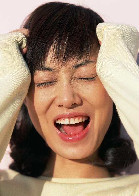 はちまきで締め付けられるような頭痛はちまきを感じる女性