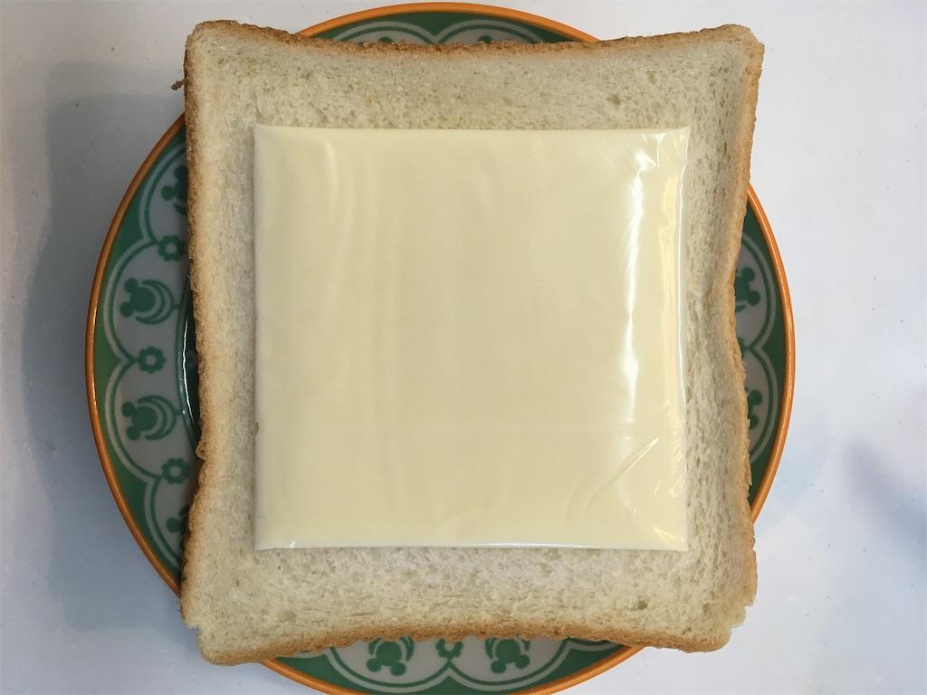食パンにスライスチーズを乗せる