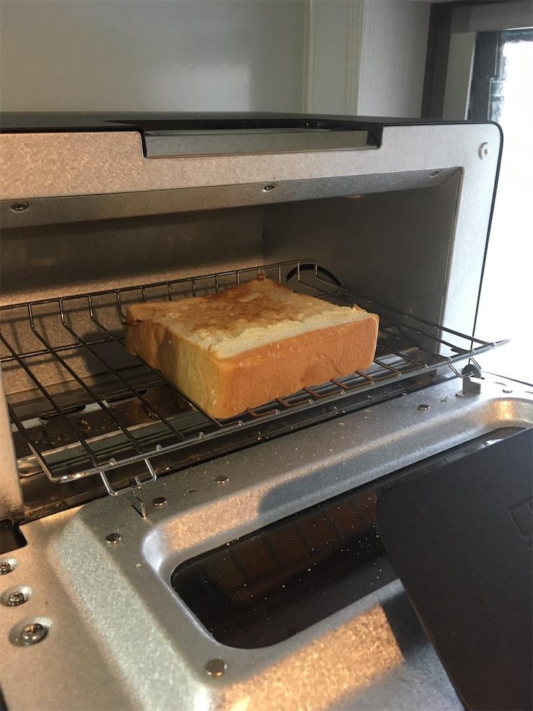 焼き上がった高級食パン