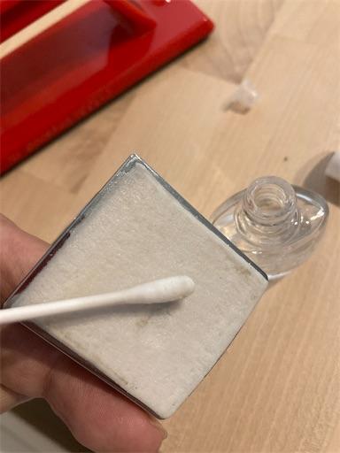 除光液を綿棒でつける