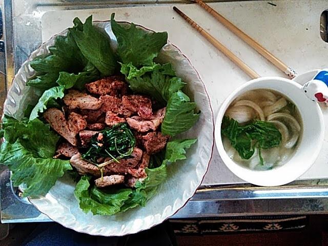 昼食になりました。右は収穫した水菜を入れたオニオンコンソメスープ