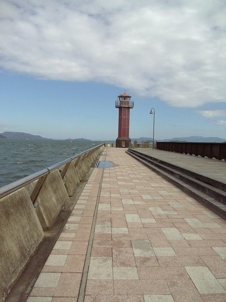 離れた場所から見た赤灯台