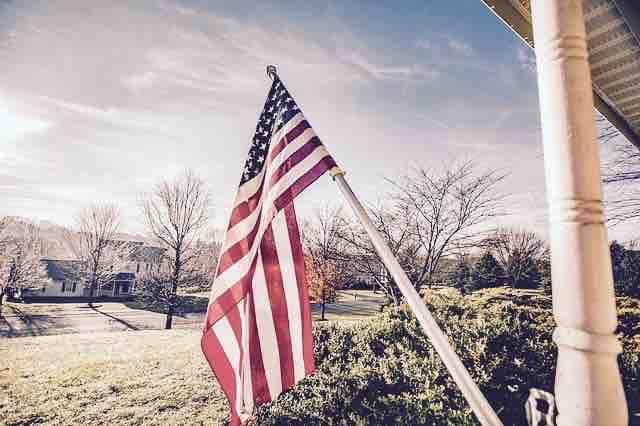 家の前に掲げられたアメリカ国旗