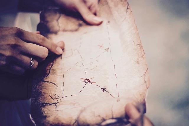 古い地図を指差す女性の手