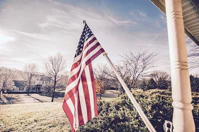家の前に掲げられたアメリカの国旗