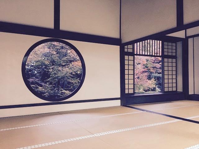向こう側に日本庭園が見える日本の畳の部屋