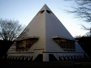 ピラミッド校舎、略してピラ校。正式名称は「中央教室」。