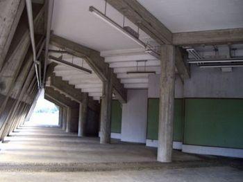 ピラ校、外廊下。