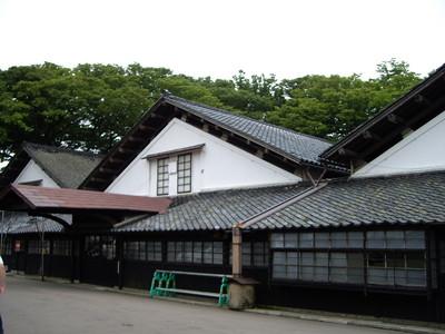 山形県酒田、「山居倉庫」。背後には日除けの欅並木が。
