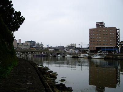 山形県酒田。山居倉庫のすぐ裏には川。北前船で栄えた街らしい設え。
