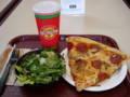 アウトレットのフードコートで昼食。PIZZAがでかっ!