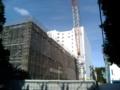 [目白周辺]2009年7月25日、ピラ校跡。新棟を建設中。背後の白い建物は法学部棟。