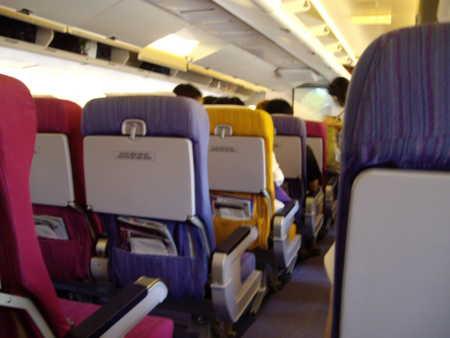 タイ航空の機内。座席がカラフル。