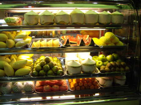 バンコク空港にて。果物売ってるー!