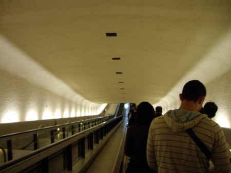 パリ、CDG空港第1ターミナルの動く歩道。60年代後半?