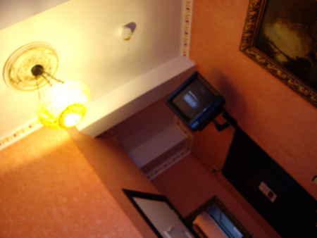 ブリュッセルの宿にて。街頭テレビのようなTV。そしてリモコンがない