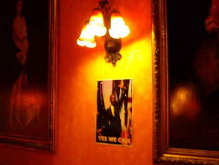 ブリュッセルの宿にて。階段、ロビー、共用部分にオバマが「YES WE CAN