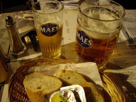 グラン・プラスで夕食。まずはベルギー・ビールで乾杯。