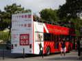 [フランス] エッフェル塔下にて。ユニクロ・Paris支店の開店広告バス。