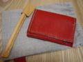 [買物]二つ折り名刺入れ兼パスケース。赤い革に薄緑のステッチ