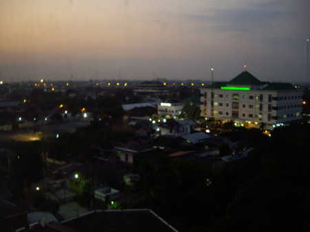 2012年8月9日、ホテルの部屋から見た夕暮れ。