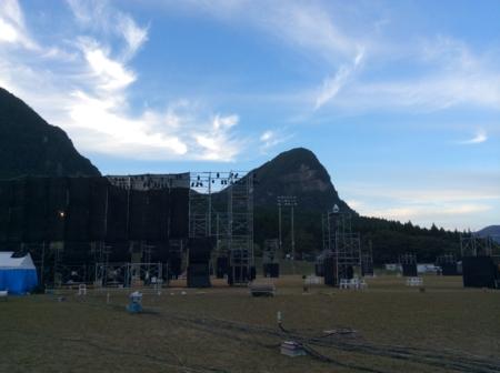 2015/09/20、奈良県曽爾村。鎧岳を背景に、維新派の野外劇場が見える