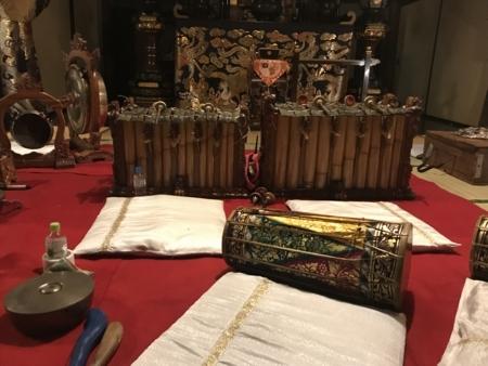 2018/04/08、バリ島のワヤン・クリッ。開始前に、楽器をパチリ。