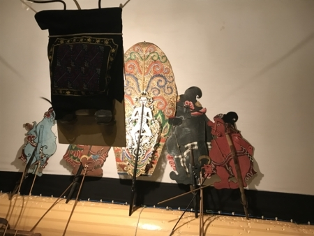 2018/04/08、バリ島のワヤン・クリッ。終演後に、人形たちをパチリ。