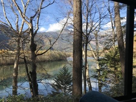 2018/10/21、上高地の大正池 (バスからの眺め)
