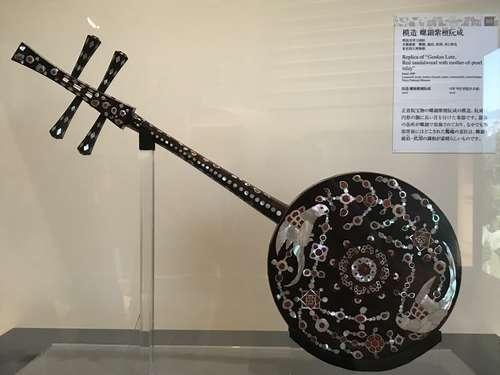 東京博物館「正倉院の世界」、模造 螺鈿紫檀阮咸の明治32年版レプリカ
