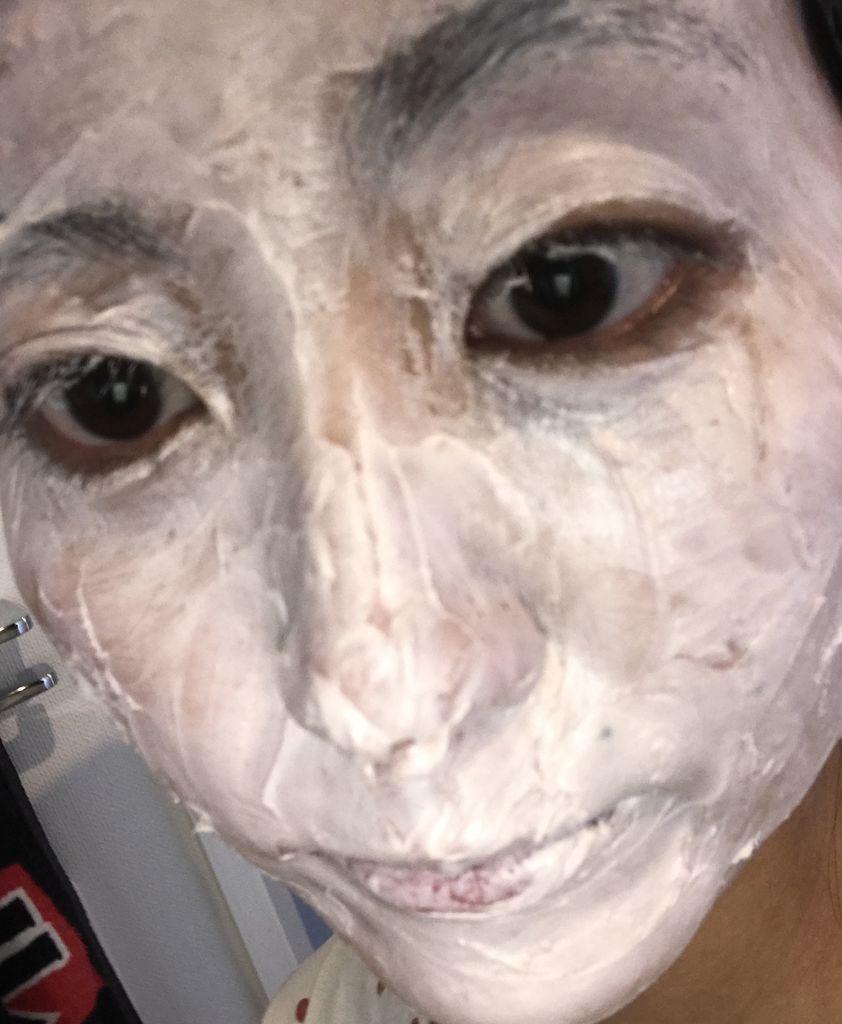 酵素パックを顔に塗っている
