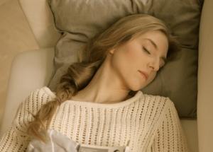 眠っている可愛い女性の実写画像です。